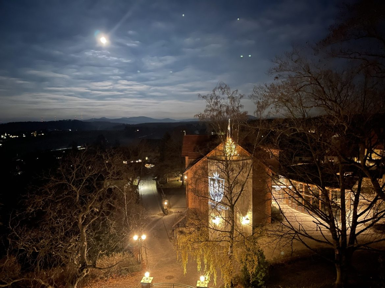 Hotel Brunnenhaus Schloss Landau bei Nacht